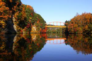 亀山湖周辺では「本州一遅い紅葉」を見ることができます!